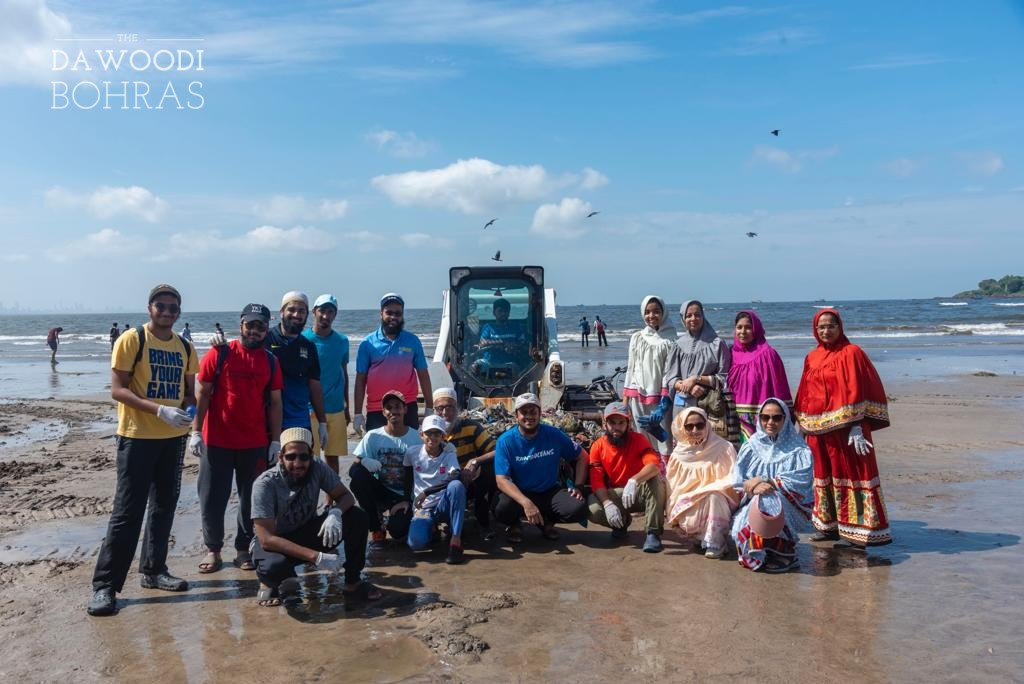 Dawoodi Bohras Join Beach Cleanup Activity at Versova Beach in Mumbai to Protect the Environment