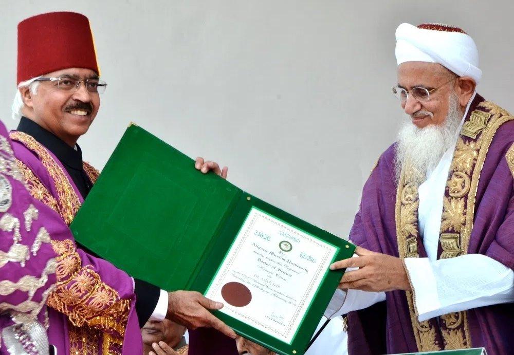 Aligarh Muslim University Chancellor, Syedna Mufaddal Saifuddin presents an honorary Doctor of Science degree to Dr Ashok Seth