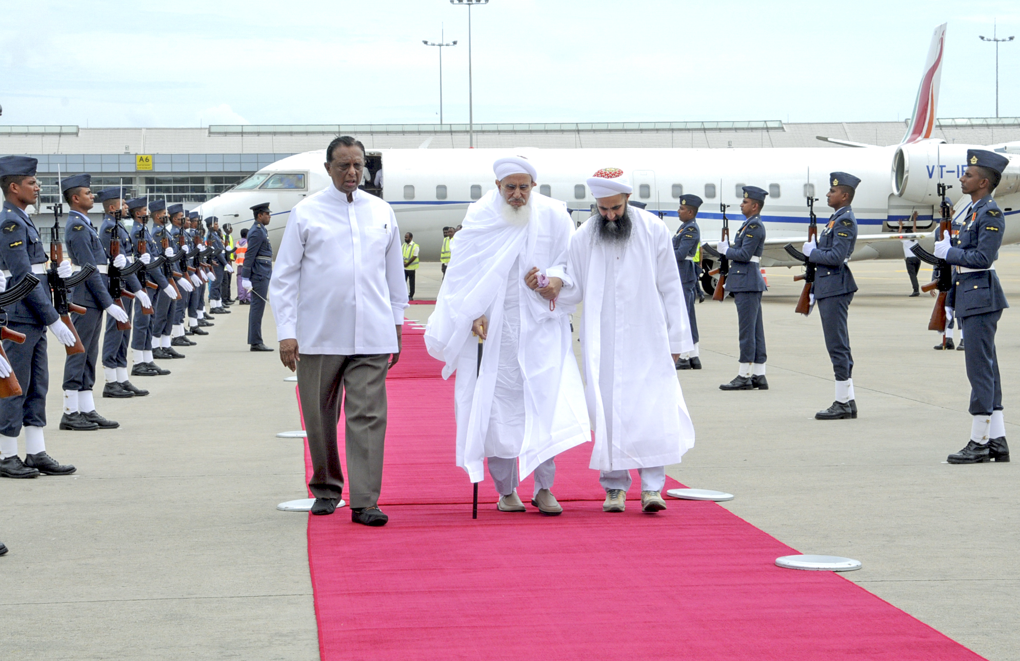 Syedna welcomed at Colombo Airport